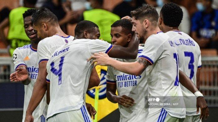 Pemain depan Real Madrid Brasil Rodrygo (tengah) merayakan setelah membuka skor selama pertandingan sepak bola Grup D Liga Champions UEFA antara Inter Milan dan Real Madrid pada 15 September 2021 di stadion San Siro di Milan.