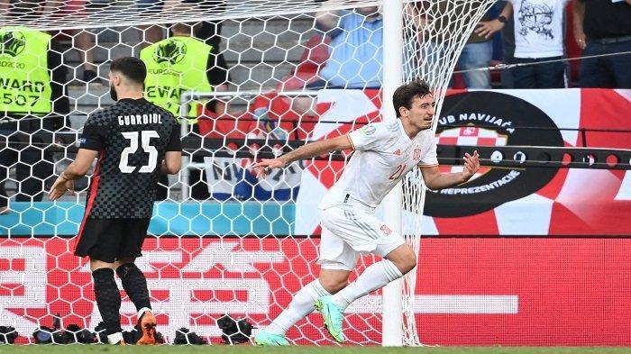 Pemain depan Spanyol Mikel Oyarzabal merayakan setelah mencetak gol kelima timnya selama pertandingan sepak bola babak 16 besar UEFA EURO 2020 antara Kroasia dan Spanyol di Stadion Parken di Kopenhagen pada 28 Juni 2021.