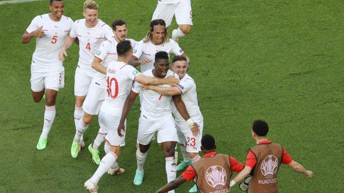 Pemain depan Swiss Breel Embolo (tengah) merayakan setelah mencetak gol pertama pada pertandingan sepak bola Grup A UEFA EURO 2020 antara Wales dan Swiss di Stadion Olimpiade di Baku pada 12 Juni 2021. NAOMI BAKER / POOL / AFP