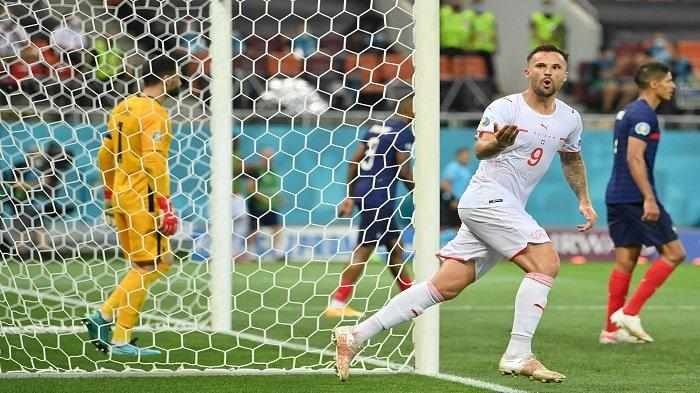 Pemain depan Swiss Haris Seferovic merayakan mencetak gol kedua tim selama pertandingan sepak bola babak 16 besar UEFA EURO 2020 antara Prancis dan Swiss di National Arena di Bucharest pada 28 Juni 2021