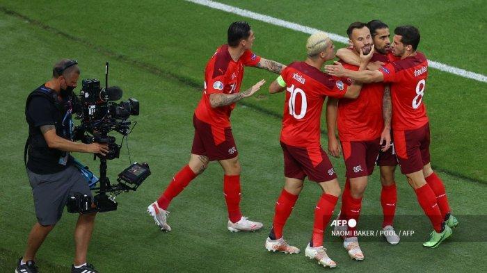 Pemain depan Swiss Haris Seferovic (tengah) merayakan mencetak gol pembuka dengan rekan satu timnya selama pertandingan sepak bola Grup A UEFA EURO 2020 antara Swiss dan Turki di Stadion Olimpiade di Baku pada 20 Juni 2021.