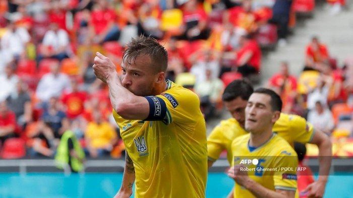 Pemain depan Ukraina Andriy Yarmolenko merayakan mencetak gol pembuka selama pertandingan sepak bola Grup C UEFA EURO 2020 antara Ukraina dan <a href='https://manado.tribunnews.com/tag/makedonia-utara' title='MakedoniaUtara'>MakedoniaUtara</a> di National Arena di Bucharest pada 17 Juni 2021.
