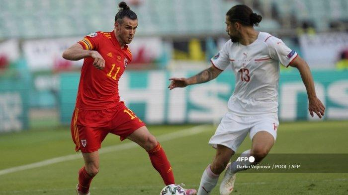 Pemain depan Wales Gareth Bale (kiri) ditandai oleh bek Swiss Ricardo Rodriguez selama pertandingan sepak bola Grup A UEFA EURO 2020 antara Wales dan Swiss di Stadion Olimpiade di Baku pada 12 Juni 2021.