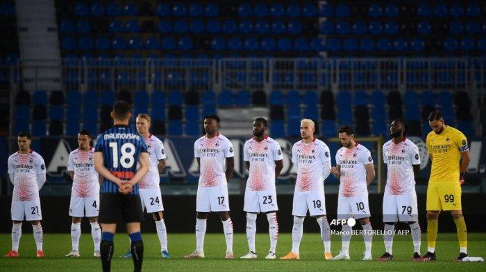 Pemain diam selama satu menit untuk korban kecelakaan kereta gantung yang terjadi sebelumnya di Stresa dan menewaskan 13 orang, sebelum perandingan sepak bola Serie A Italia Atalanta Bergamo vs AC Milan pada 23 Mei 2021 di stadion Atleti Azzurri d'Italia di Bergamo .