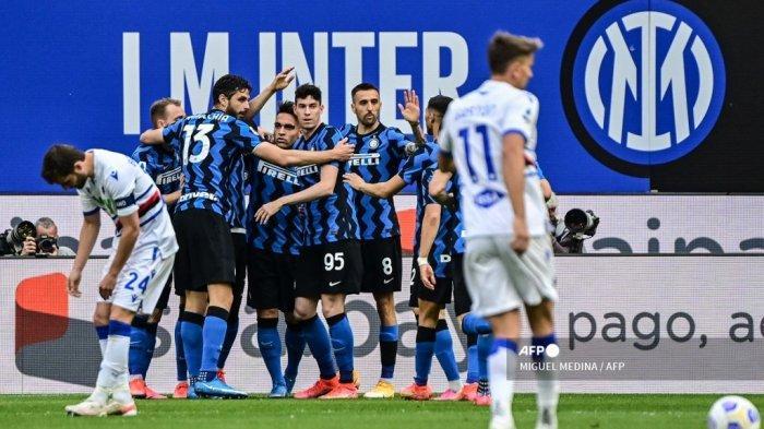Para pemain Inter merayakannya setelah membuka skor pada pertandingan sepak bola Serie A Italia Inter Milan vs Sampdoria pada 08 Mei 2021 di stadion San Siro di Milan. MIGUEL MEDINA / AFP
