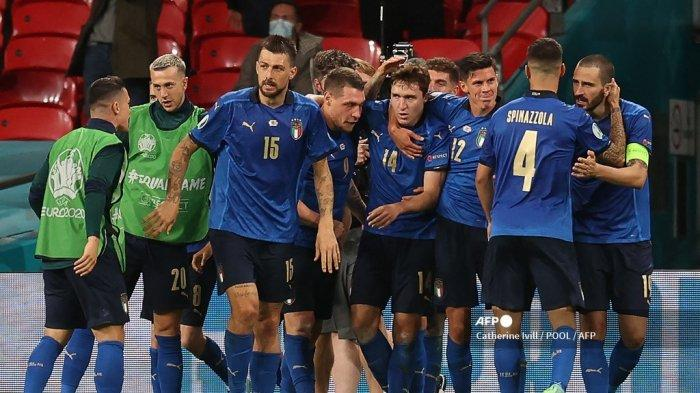 Para pemain Italia merayakan gol pertama mereka selama pertandingan sepak bola babak 16 besar UEFA EURO 2020 antara Italia dan Austria di Stadion Wembley di London pada 26 Juni 2021.