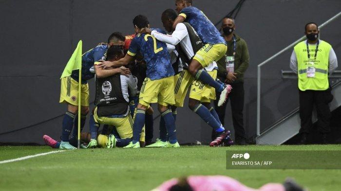 Pemain Kolombia Luis Diaz (ditutupi) merayakan dengan rekan satu timnya setelah mencetak gol ketiga timnya melawan Peru selama pertandingan perebutan tempat ketiga turnamen sepak bola Copa America Conmebol 2021 di Stadion Mane Garrincha di Brasilia, Brasil, pada 9 Juli 2021. Kolombia memenangkan pertandingan 3 -2.