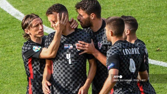 Pemain depan Kroasia Ivan Perisic (2L) merayakan mencetak gol pertama timnya selama pertandingan sepak bola Grup D UEFA EURO 2020 antara Kroasia dan Republik Ceko di Hampden Park di Glasgow pada 18 Juni 2021.