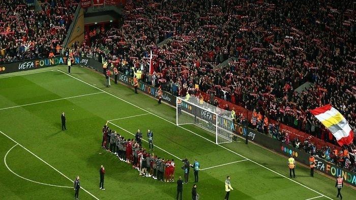 Pemain Liverpool dan para suporter merayakan nkemenangan atas Barcelona dalam laga semifinal leg kedua Liga CHampions