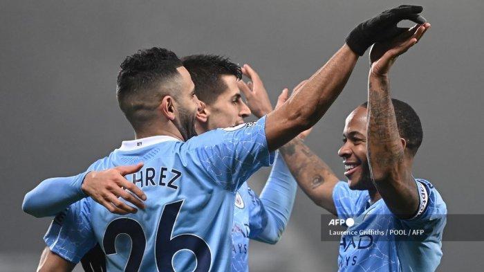 Pemain Manchester City Riyad Mahrez merayakan gol bersama rekan satu timnya Raheem Sterling, Rabu (27/1/2021) dini hari.