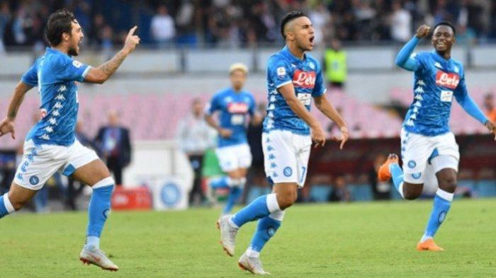 Winger Napoli, Adam Ounas (tengah), merayakan gol yang dicetaknya ke gawang Sassuolo dalam laga Liga Italia Serie A yang berlangsung di Stadion San Paolo, Naples, Minggu (7/10/2018) malam WIB.