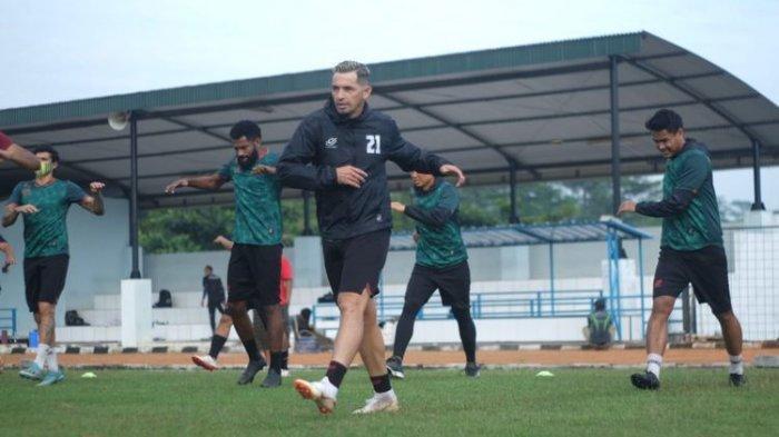 Pemain naturalisasi Tira Persikabo, Silvio Escobar mengikuti latihan perdana seusai 4 bulan kompetisi Liga 1 2020 dihentikan. Mantan berlatih di lapangan Pusat Misi Pemeliharaan Perdamaian (PMPP), Hambalang, Senin (06/07/2020) pagi. (Dokumentasi Pribadi)
