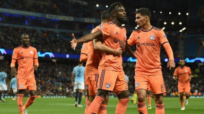 Maxwell Cornet dan rekan setim merayakan gol Olympique Lyon ke gawang Manchester City dalam partai Liga Champions di Stadion Etihad, 19 September 2018.