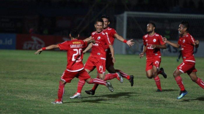 Pemain-pemain Persija Jakarta merayakan gol yang dicetak Ismed Sofyan ke gawang Bhayangkara FC di Stadion Sultan Agung, Bantul, Jumat (27/7/2018).