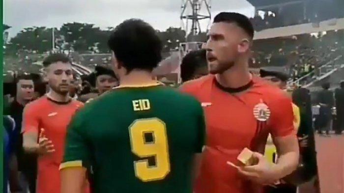 Viral Mahmoud Eid Peluk Pemain Persija Seusai Selebrasi Kontroversial Saat Persebaya Jadi Juara