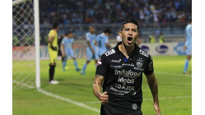 Pemain Persib Bandung Esteban Vizcarra merayakan golnya ke gawang Persela Lamongan di Stadion Surajaya, Kamis (8/8/2019).