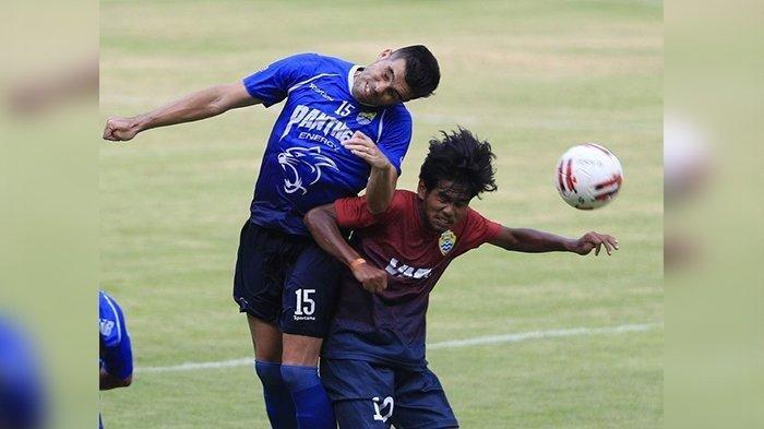 Pemain Persib Bandung Fabiano Beltrame (kiri) berebut bola dengan pemain PSKC Cimahi saat pertandingan persahabatan di Stadion Gelora Bandung Lautan Api, Sabtu (8/2/2020). Persib Bandung menang dengan skor (3-0).