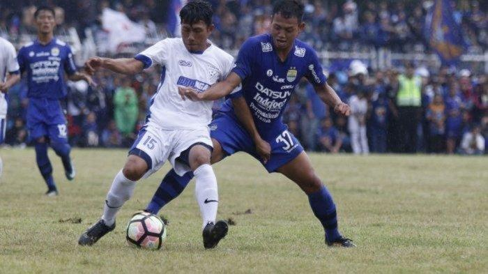 Pemain Persib Bandung Muchlis Hadi (kanan) berebut bola dengan pemain Priangan Selection saat pertandingan uji coba di Stadion Wiradadaha, Tasikmalaya, Sabtu (24/2).Persib Bandung menang telak dengan skor (4-0)