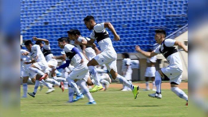 Pemain Persib Bandung Omid Nazari (tengah) bersama rekan-rekannya melakukan sprint saat mengikuti latihan di Stadion Si Jalak Harupat, Selasa (19/11). Pelatih Robert Alberts mempersiapkan skema permainan lawan Barito Putera.