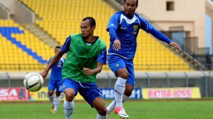 Pemain Persib Bandung Supardi Nasir (kiri) berusaha menghindari dari kawalan Atep saat menggiring bola pada sesi latihan sekaligus uji lapangan di Stadion Si Jalak Harupat, Kabupaten Bandung, Kamis (18/4/2014).