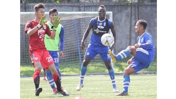 Gelandang Persib Bandung, Gian Zola (kanan), saat latihan di Lapangan Lodaya, Rabu (12/6/2019).