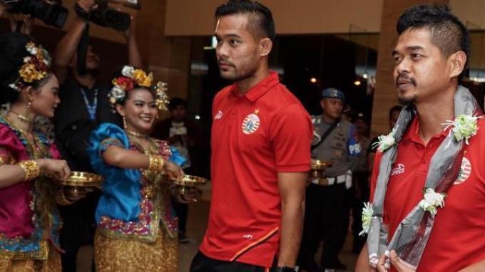 Pemain Persija Bambang Pamungkas dan Andritany Ardhiyasa terlihat mendapatkan sambutan hangat saat tiba di Makassar.