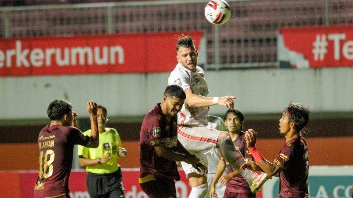 Pemain Persija Jakarta, Marko Simic tengah menyundul bola dan bersaing dengan pemain PSM Makassar dalam leg pertama semifinal Piala Menpora 2021 di Stadion Maguwoharjo, Sleman, Kamis (15/4/2021) malam.