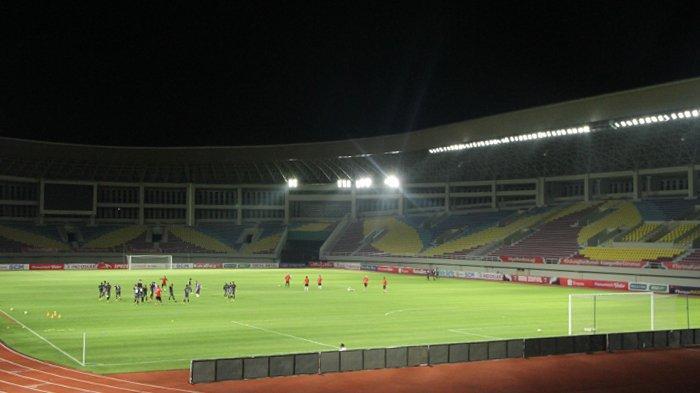 Pemain Persija Jakarta menjalani official training jelang leg 2 semifinal Piala Menpora 2021 di Stadion Manahan, Sabtu (17/4/2021) malam.