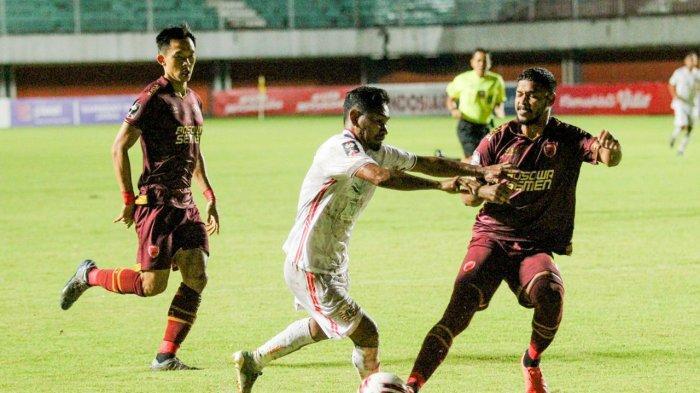 Pemain Persija Jakarta, Ramdani Lestaluhu tengah menggiring bola untuk melewati pemain PSM Makassar dalam leg pertama semifinal Piala Menpora 2021 di Stadion Maguwoharjo, Sleman, Kamis (15/4/2021) malam.