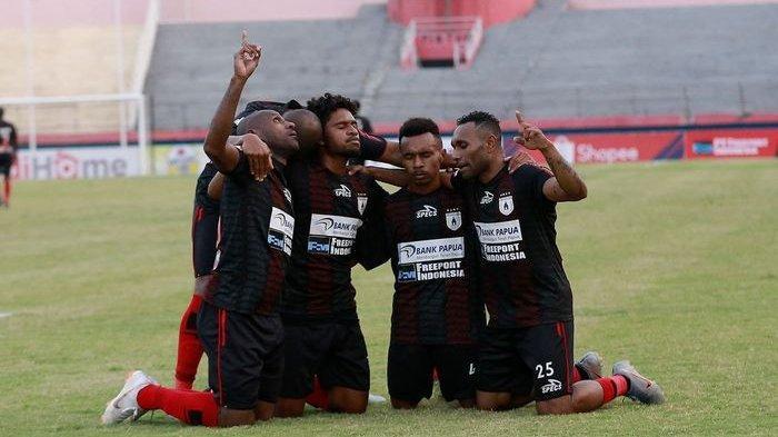 Pemain Persipura Jayapura melakukan selebrasi Titus Bonai mencetak gol saat laga melawan Persela Lamongan pada pekan ke-18 Liga 1 2019.