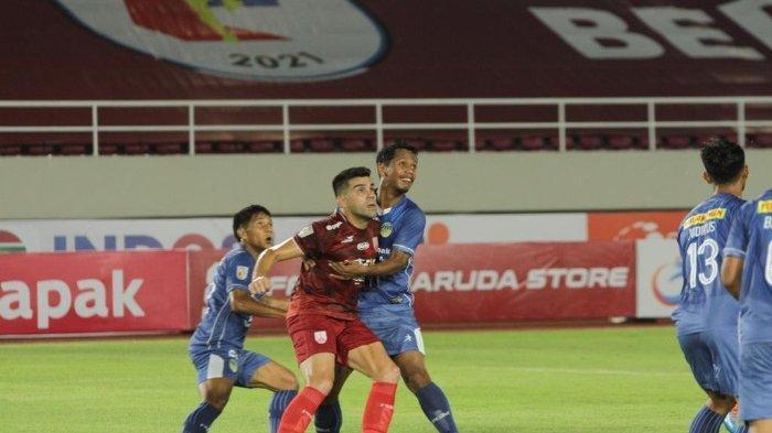 Pemain Persis Solo, Fabiano Beltrame berduel dengan pemain PSIM dalam laga PSIM vs Persis Solo lanjutan pekan ketiga Liga 2 2021 di Stadion Manahan, Solo, Jawa Tengah, Selasa (12/10/2021) malam.(TRIBUNNEWS.COM/MUHAMMAD NURSINA)
