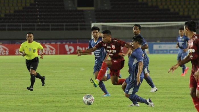 Pemain Persis Solo, Rivaldi Bawuo berduel dengan pemain PSIM dalam laga PSIM vs Persis Solo lanjutan pekan ketiga Liga 2 2021 di Stadion Manahan, Solo, Jawa Tengah, Selasa (12/10/2021) malam.(TRIBUNNEWS.COM/MUHAMMAD NURSINA)