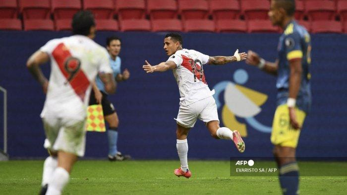 Pemain Peru Yoshimar Yotun (tengah) merayakan setelah mencetak gol ke gawang Kolombia dalam pertandingan perebutan tempat ketiga turnamen sepak bola Copa America Conmebol 2021 di Stadion Mane Garrincha di Brasilia, Brasil, pada 9 Juli 2021.