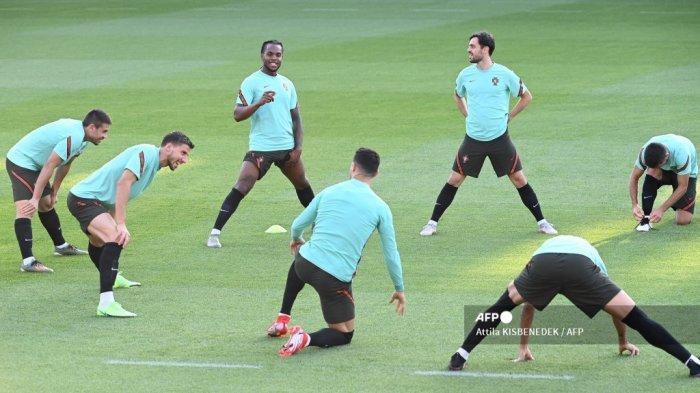 Para pemain Portugal melakukan peregangan selama sesi latihan MD-1 di Stadion Illovszky Rudolf di Budapest pada 22 Juni 2021, menjelang pertandingan sepak bola Grup F UEFA EURO 2020 melawan Prancis. Attila KISBENEDEK / AFP