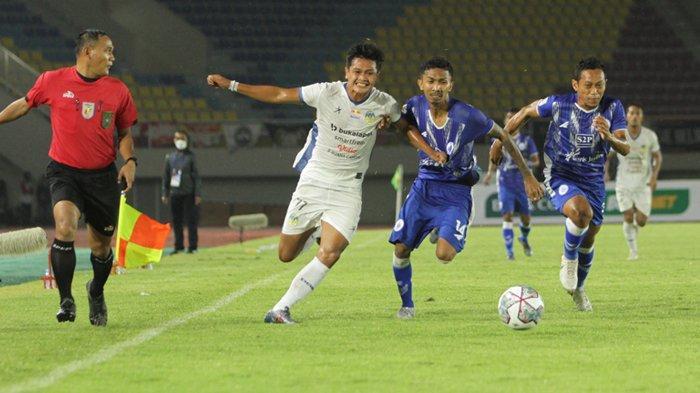 Pemain PSIM Jogja, Arbeta Rokyawan (putih) coba melewati dua pemain PSCS Cilacap dalam gelaran Liga 2 2021 di Stadion Manahan, Solo, Jaa Tengah, Minggu (26/9/2021) malam. PSCS Cilacap memenangkan pertandingan atas PSIM Jogja dengan skor 1-0.