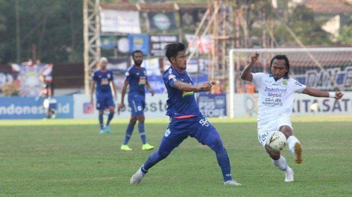 Pemain PSIS Semarang, Bayu Nugroho (biru) menghalangi pergerakan gelandang Persib Bandung, Hariono.