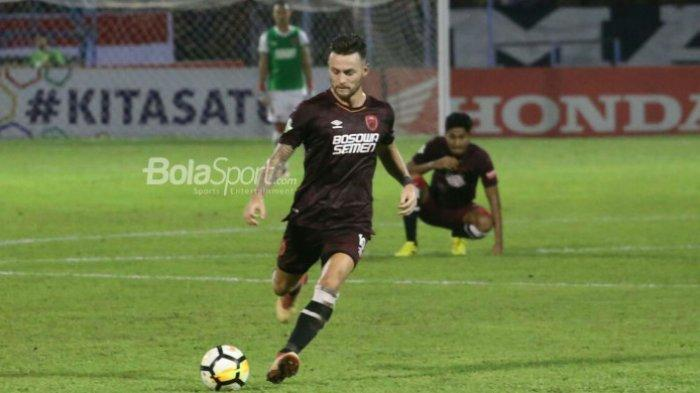Pemain PSM Makassar, Marc Klok, beraksi pada laga Liga 1 2018 kontra Madura United di Stadion Andi Mattalatta, Makassar, 30 Mei 2018.