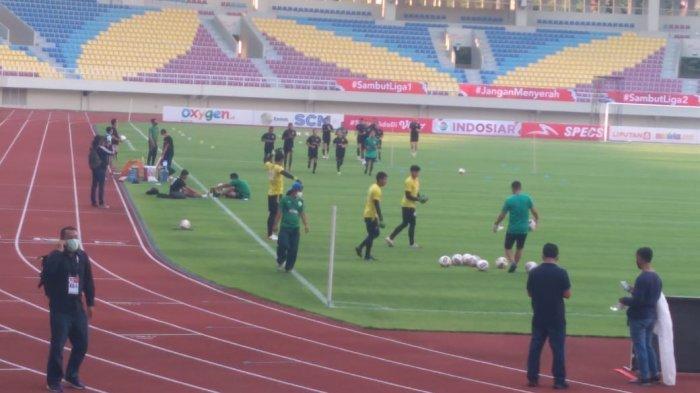 Pemain PSS Sleman melakukan pemanasan di Stadion Manahan