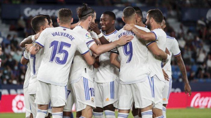 Para pemain Real Madrid mengucapkan selamat kepada rekan setimnya pemain depan Real Madrid Gareth Bale (tengah) karena mencetak gol pembuka pada pertandingan sepak bola Liga Spanyol antara Levante UD dan Real Madrid CF di stadion Ciutat de Valencia di Valencia pada 22 Agustus 2021. Jose Miguel FERNANDEZ / AFP