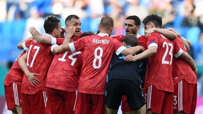 Para pemain Rusia termasuk kiper Rusia Matvei Safonov (tengah) merayakan setelah peluit akhir pertandingan sepak bola Grup B UEFA EURO 2020 antara Finlandia dan Rusia di Stadion Saint Petersburg di Saint Petersburg pada 16 Juni 2021. Kirill KUDRYAVTSEV / POOL / AFP