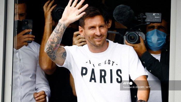 Pemain sepak bola Argentina Lionel Messi melambai kepada para pendukung dari jendela setelah ia mendarat pada 10 Agustus 2021 di bandara Le Bourget, utara Paris, untuk menjadi pemain baru Paris Saint-Germain setelah kepergiannya dari Barcelona, ??klub yang ia wakili secara keseluruhan karir profesionalnya selama 17 tahun sejauh ini. Ditanya oleh wartawan di bandara El Prat Barcelona apakah bintang Argentina itu nantinya akan menandatangani kontrak dengan klub Prancis, Jorge Messi, ayah dan agen pemain, mengatakan: