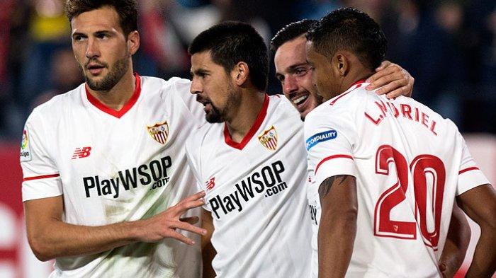 Penyerang Sevilla, Nolito (kedua dari kiri), merayakan gol bersama rekan setimnya saat melawan Celta Vigo dalam laga lanjutan Liga Spanyol 2017-2018 di Stadion Ramon Sanchez Pizjuan, Sevilla pada 18 November 2017. JORGE GUERRERO/AFP/BOLASPORT.COM