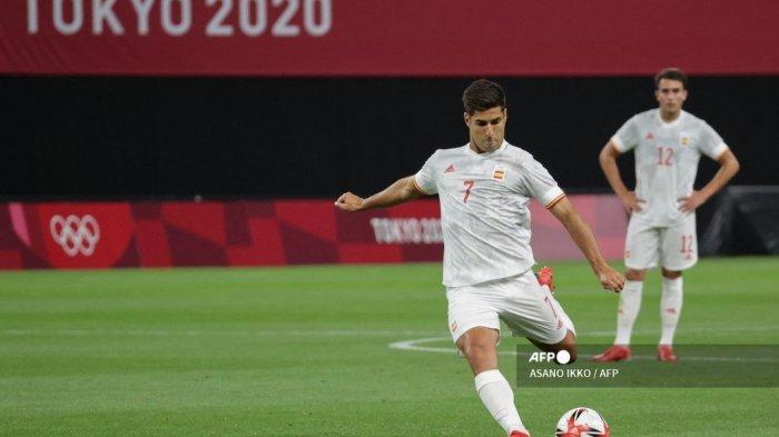 Pemain Spanyol Marco Asensio (tengah) melakukan tendangan bebas pada pertandingan sepak bola babak pertama grup C putra Olimpiade Tokyo 2020 antara Mesir dan Spanyol di Sapporo Dome di Sapporo pada 22 Juli 2021. ASANO IKKO / AFP