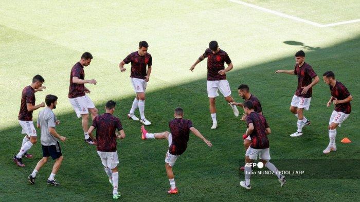 Para pemain Spanyol melakukan pemanasan sebelum pertandingan sepak bola Grup E UEFA EURO 2020 antara Slovakia dan Spanyol di Stadion La Cartuja di Seville pada 23 Juni 2021.