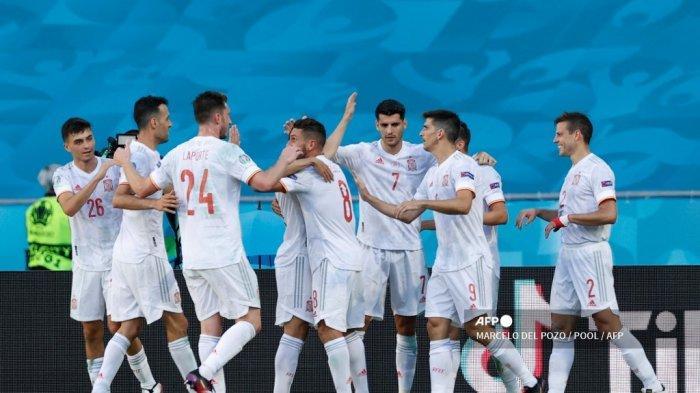 Para pemain Spanyol merayakan gol ketiga timnya selama pertandingan sepak bola Grup E UEFA EURO 2020 antara Slovakia dan Spanyol di Stadion La Cartuja di Seville pada 23 Juni 2021.
