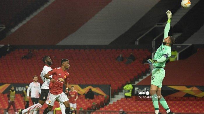Pemain tengah Pantai Gading Manchester United Amad Diallo (tengah) menyundul bola untuk mencetak gol pembuka selama pertandingan sepak bola leg pertama babak 16 besar Liga Eropa UEFA antara Manchester United dan AC Milan di Old Trafford di Manchester, barat laut Inggris, pada 11 Maret 2021 .Oli SCARFF / AFP