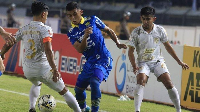 Pemain tengah Persib Bandung Abdul Aziz mengecoh pemain lawan saat melawan PSS Sleman.