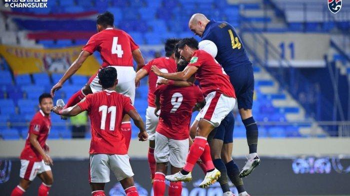 Pemain Thailand dikepung oleh beberapa pemain Timnas Indonesia dalam lanjutan Kualifikasi Piala Dunia 2022 zona Asia Grup G yang berakhir 2-2.