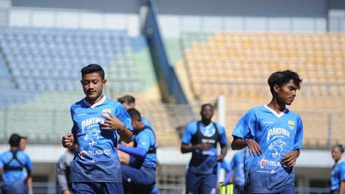 Dua pemain dari tim Persib U-20 bergabung dalam sesi latihan tim Persib di Stadion GBLA, Kota Bandung, Kamis (27/8/2020).