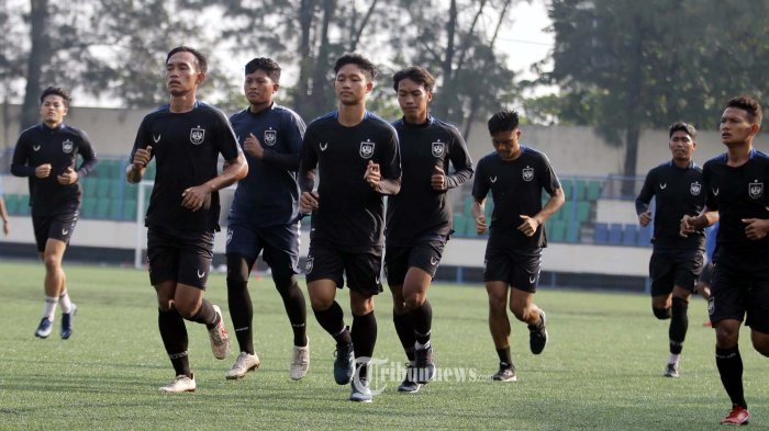Para pemain PSIS Semarang menjalani latihan di Stadion Citarum Semarang dalam masa persiapannya menghadapi kompetisi Liga 1 2021, Senin (24/5/2021). TRIBUN JATENG/F ARIER SETIAPUTRA